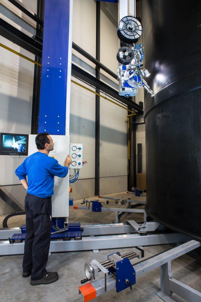 Large tank welding robot